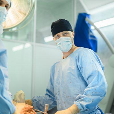Эндопротезирование коленного сустава. В операционной работает врач травматолог-ортопед Андрей Репин