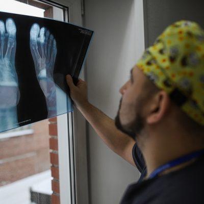 Эндопротезирование суставов проводится по международным стандартам. На фото врач травматолог-ортопед Василий Кузнецов