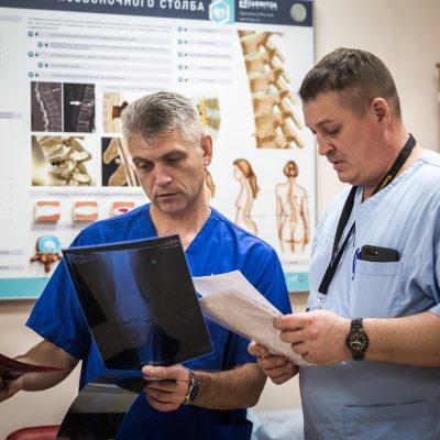 Командный подход помогает оказывать качественную медицинскую помощь. На фото врачи травматологи-ортопеды Владислав Баитов и Максим Ефименко