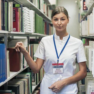 При поступлении врачи-ординаторы получают пропуски во все помещения института, в том числе в операционные