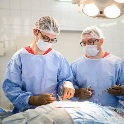 В институте проводятся диагностика, консервативное и хирургическое лечение повреждений, деформаций позвоночника и конечностей