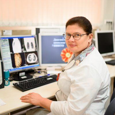 Врач-рентгенолог Наталья Плотникова работает в ННИИТО с 17 лет, в этом возрасте она решила работать санитаркой