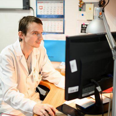 Врач травматолог-ортопед Кирилл Алексанрович Аникин в ординаторской отделения патологии позвоночника